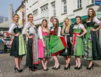 Miss-Wahl-Kandidatinnen bei der Anprobe mit Trachten Gössl
