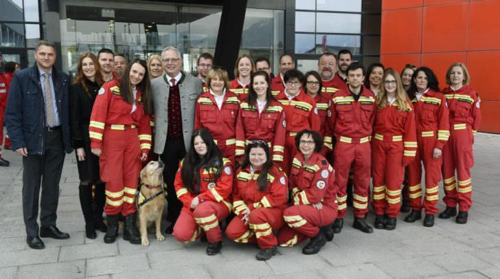 Viele freiwillige Hundeführer und Hundeführerinnen