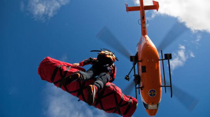 Der schwer verletzte Schifahrer musste vom Rettungshubschrauber mittels Seilbergung geborgen werden.