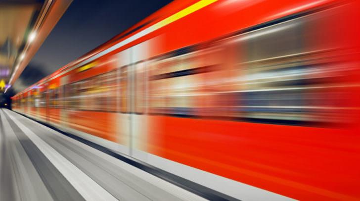 S-Bahn Zug Durchfahrt Bahnhof nachts