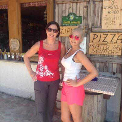 Anna-Lisa mit ihrer Mama beim Wandern am Monte Lussari