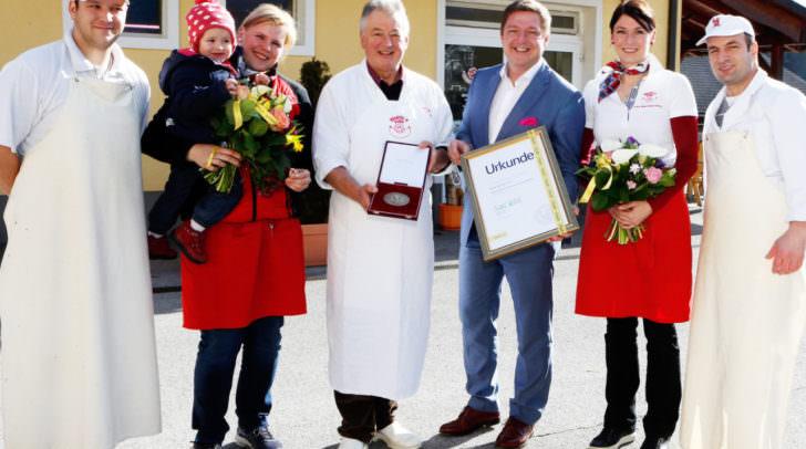 Gerald Walkensteiner, Daniela Hartl mit Töchterchen Emma, Hermann Hartl, Bürgermeister Günther Albel, Barbara Hartl und Xhelal Baftjari