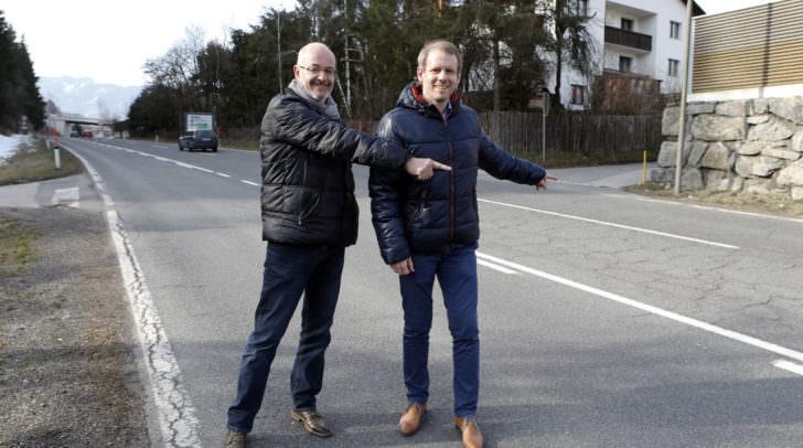 Stadtrat Andreas Sucher (rechts) und Siegfried Hohenwarter von der Abteilung Tiefbau auf der B86 in Judendorf, wo eine Linksabbiegespur sowohl für den Haberle Mühle Weg als auch für die Bergsiedlung entstehen wird
