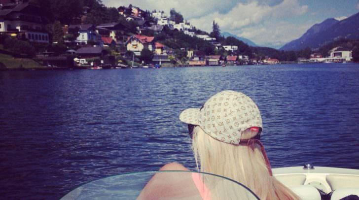 Anna-Lisa liebt die Sonne und Boot Fahren am See (hier der Millstättersee)