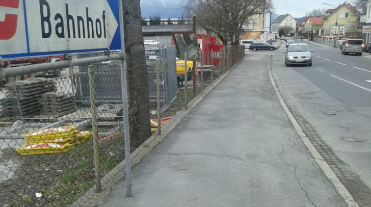 """Uneinsichtig: Der Verkehrsspiegel steht nutzlos am Straßenrand – eben ein """"Verkehrtspiegel"""""""