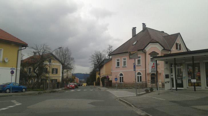 Erfüllt seinenDienst: Ein korrekter Verkehrsspiegel in Völkendorf – Völkendorfer Straße Kreuzung St. Johanner Straße
