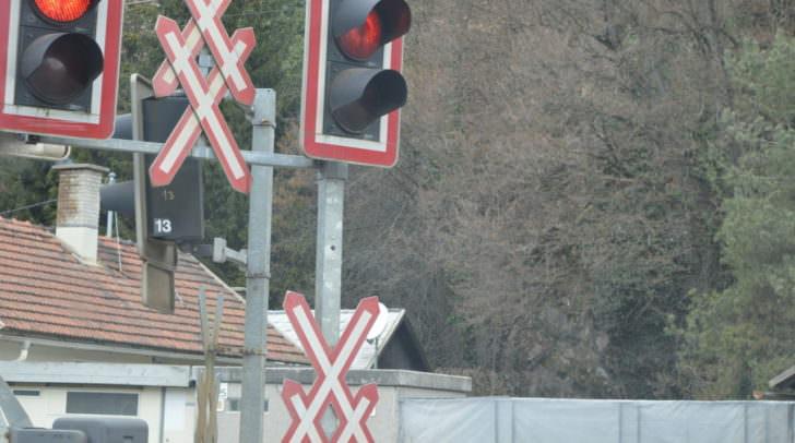 Der Lenker des Pritschenwagens übersah das Rotlicht des unbeschrankten Bahnüberganges.