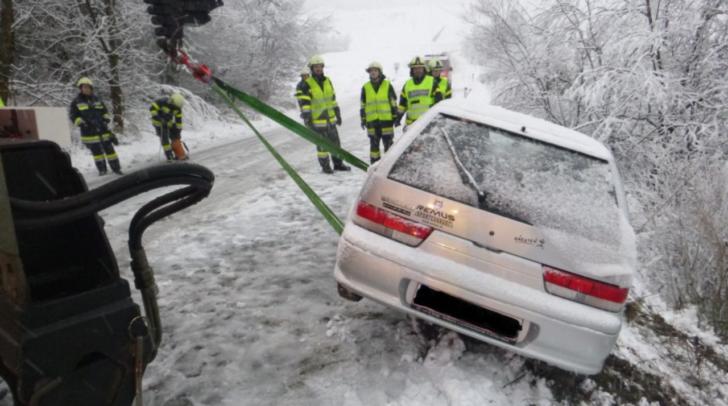 Mit Hilfe des Ladekran wurde das Auto geborgen