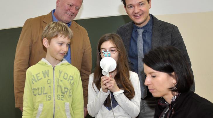 Stadtrat Peter Weidinger (hinten rechts), Stadtphysikus Hans Mack und Schulärztin Corinna Werner mit Anna und David bei der Spirometeruntersuchung