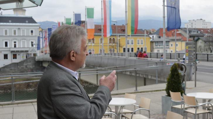 Start der Tour durch Villach ist bei der Halerkin-Figur vor dem Café Bernold, Stadtbrücke
