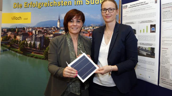 In Drobollach wird in enger Kooperation mit dem CTR die erste bleifreie Photovoltaik-Anlage in Österreich umgesetzt: Energiereferentin Vizebürgermeisterin Petra Oberrauner (links) und Christina Hirschl (CTR)