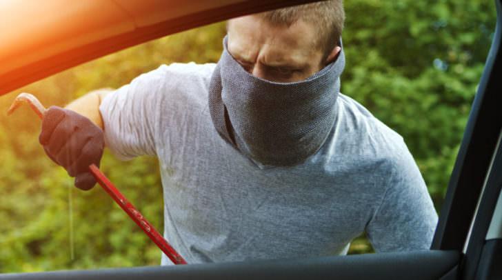 Die Handtasche der Ehefrau des PKW-Besitzers wurde aus dem Wagen gestohlen.