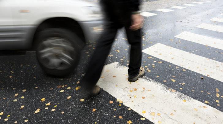 Der Fußgänger wollte gerade die Straße überqueren und wurde vom PKW-Lenker zu spät bemerkt.