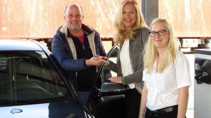 SIXT-Büroleiterin Desiree Laggner (rechts im Bild) und SIXT Chef Manfred Kepold stellten den 5er BMW vor.