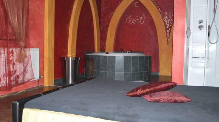 Einblick in eines der Zimmer im La Cocotte Gentlemen's Club Landskron