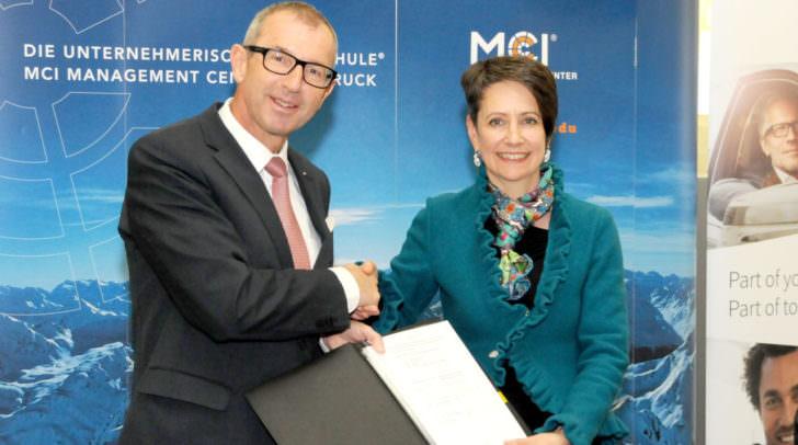 Die Kooperation ist besiegelt: Rektor Prof. Dr. Andreas Altmann, MCI und DI Dr. Sabine Herlitschka MBA; Vorstandsvorsitzende, Infineon Austria AG