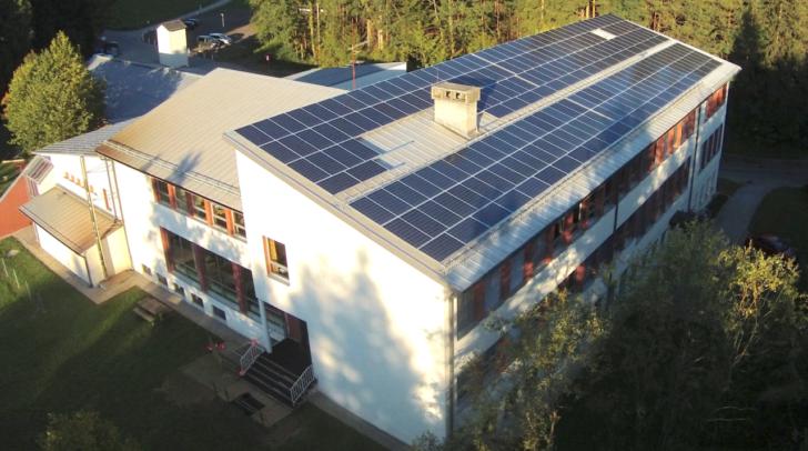 Auf dem Dach der Volksschule befindet sich eine Photovoltaik-Anlage