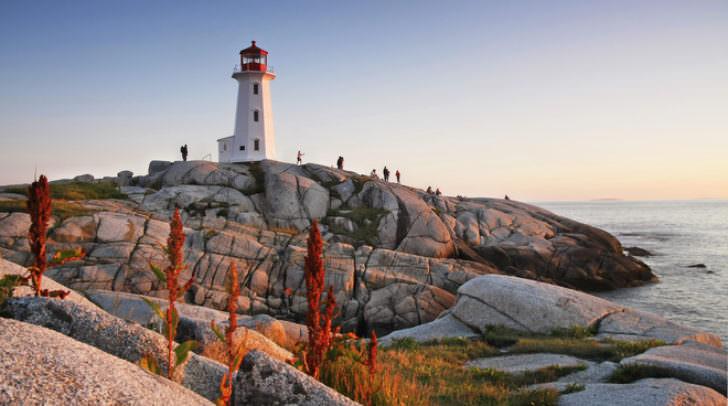 Der Leuchtturm Peggy's Point entlang der Atlantikküste Nova Scotias.