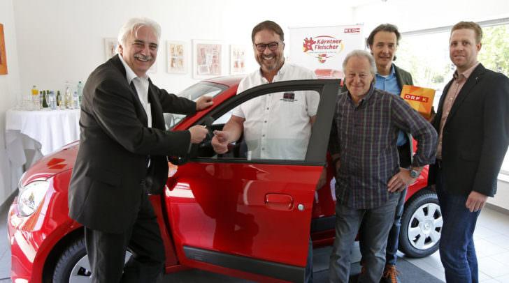 Der Hauptgewinn beim Quiz der 1000 Fragen kann sich sehen lassen: Raimund Plautz, Franz Uhl, Alois Paintner, Claudio Ghidini und Stefan Dareb mit dem neuen Renault Twingo life.