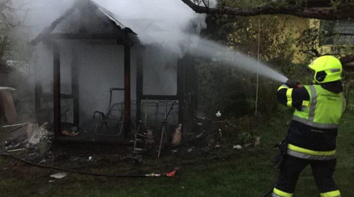 Der Hausbesitzer versuchte noch mittels Gartenschlauch die Flammen einzudämmen