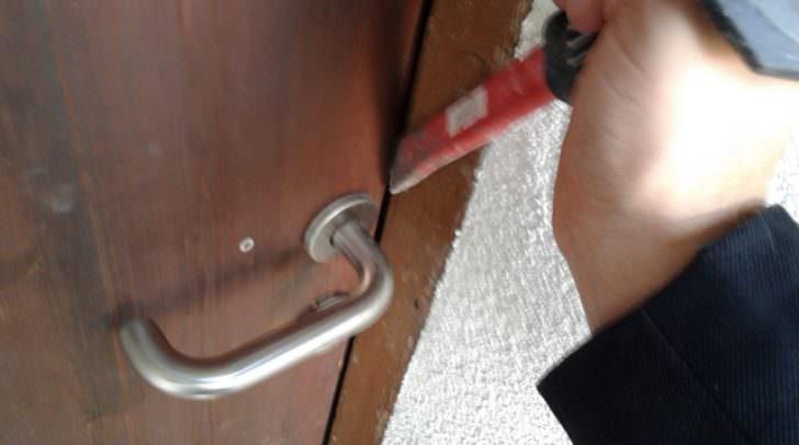 Durch gewaltsames öffnen der Wohnungstür verschaffte sich der Einbrecher Zugang.