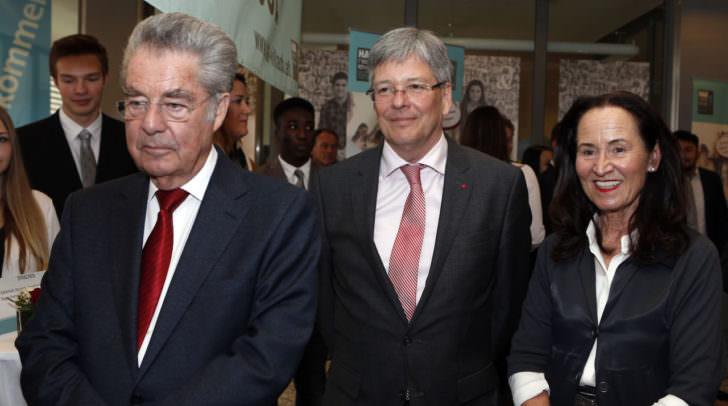 Besuch der Bundeshandelsakademie durch BP Dr. Heinz Fischer und LH Dr. Peter Kaiser. Im Bild: BP Heinz Fischer und LH Peter Kaiser und Dir.in Melitta Trunk