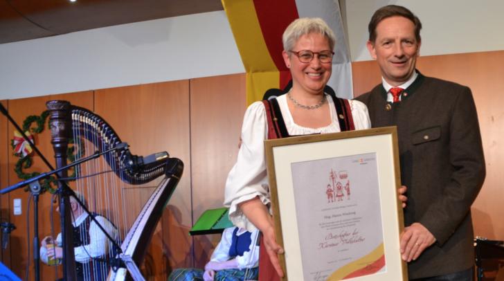 Landesrat Benger mit Hanna Wiedenig bei der Verleihung