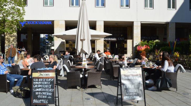 Das Rathauscafé verfügt über eine der schönsten & beliebtesten Sonnenterrassen in der Innenstadt. Auch Diebe finden die Möbel schön...