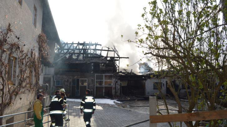 Das angrenzende Wohnhaus konnte gerettet werden. Das Wirtschatsgebäude fiel den Flammen zum Opfer.