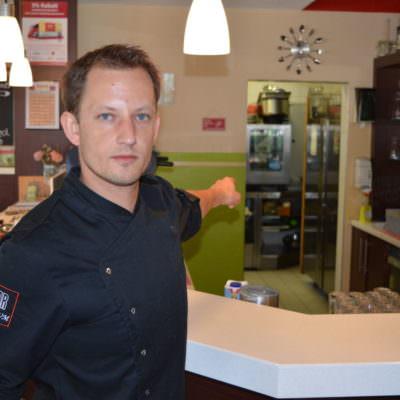 Erwin Lammer zeigt auf den Tatort.