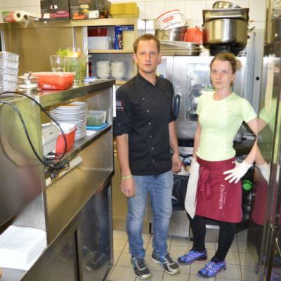 Nadine und Erwin in der Küche. Hier wurde die Kellnerin Opfer der Räuber
