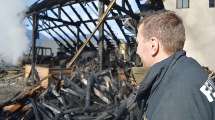 Vor dem abgebrannten Wirtschaftsgebäude – das Ausmaß des finanziellen Schadens ist enorm