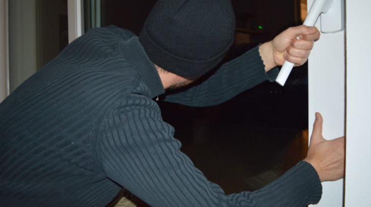 Unbekannte Täter brachen in einen Gasthof ein, wurden aber von den Hausgästen während der Tat gestört und flüchteten (Symbolfoto)