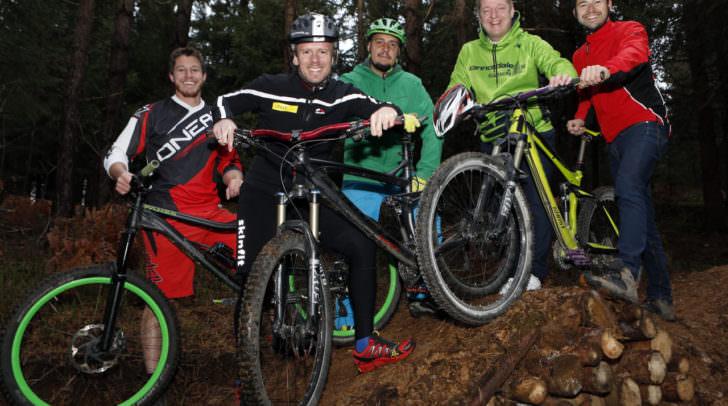 Bikestrecke in Vassach: Bürgermeister Günther Albel (Zweiter von rechts) und Stadtrat Andreas Sucher   (Zweiter von links) erproben einen neuen Streckenabschnitt für Mountainbiker
