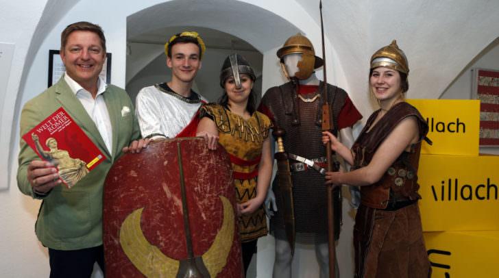 Bürgermeister Günther Albel mit Museumsleiter Dr. Kurz Karpf  und den CHS-Schülern Nikolas Thomasser, Laura Puksbaum und Astrid Ortner, die sich als Römer präsentierten