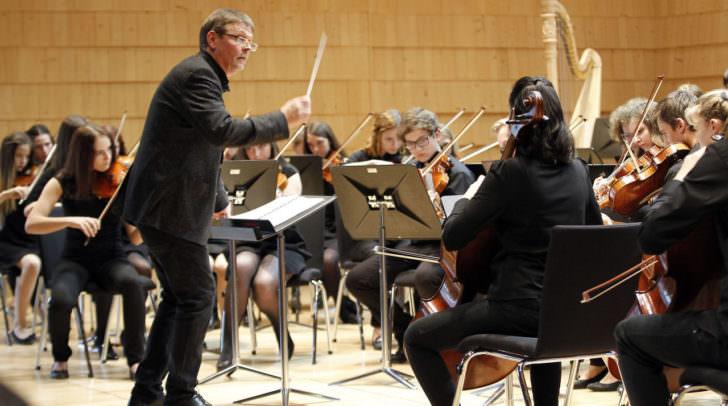 """Konzert Jugendsinfonieorchester Kaernten mit Verleihung """"Ehrenzeichen des Landes Kaernten"""" an Dirigenten und Komponisten Stephan Kuehne Im Bild: Stephan Kuehne mit Orchester"""