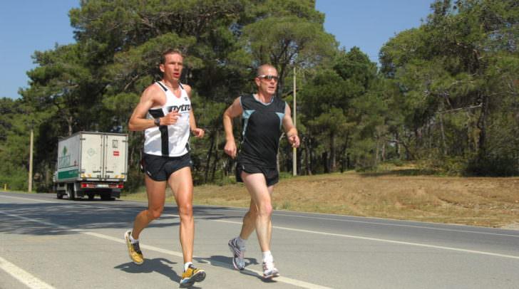 Horst Fallosch's Weg nach vorne - Privat ist der Tourismusprofi ein begeisterter Läufer und geht an die Leistungsgrenzen (hier bei einem Marathon in der Türkei). Bei einem Marathon in Berlin 2010 (42,195 km) kam er auf eine Marathonzeit von 3 h 25 min.