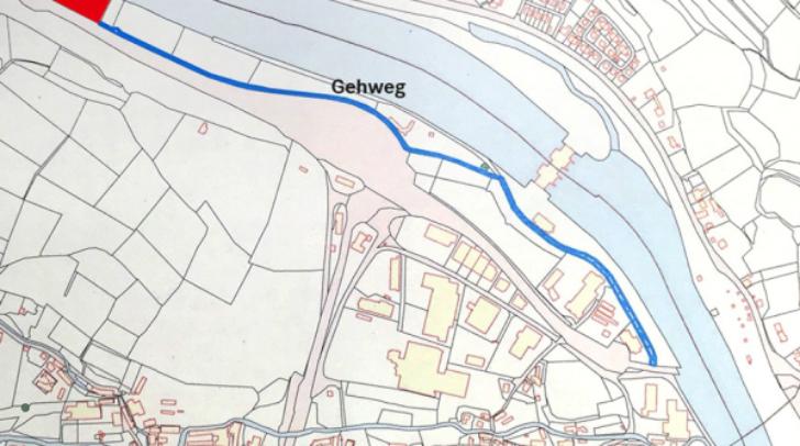 """Vom Flüchtlingsquartier führt ein Gehweg bis zum Einkaufszentrum """"Vez""""."""