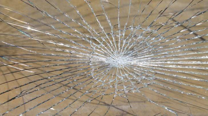 Der Eingangsbereich aus Glas wurde eingeschlagen