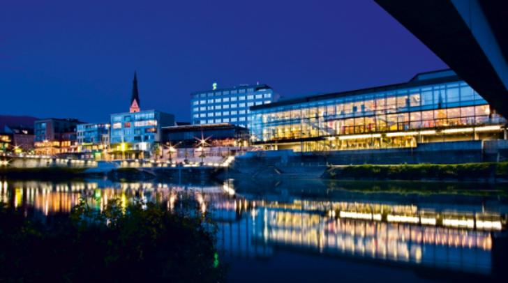 Der moderne Kongresskomplex ist ein Blickfang im Herzen der Altstadt.