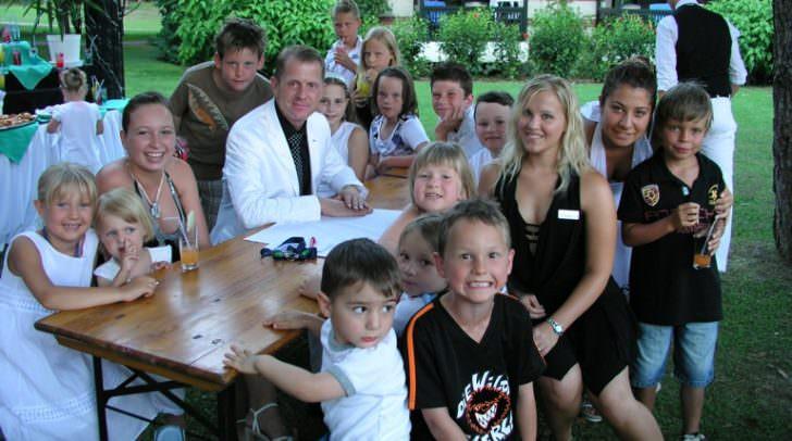 """Das """"Ohr"""" beim Kunden – in diesem Fall bei den Jüngsten: Hoteldirektor Horst Fallosch 2008 in der Türkei (Side) bei einem wöchentlichen Empfangscocktail speziell für Kinder."""