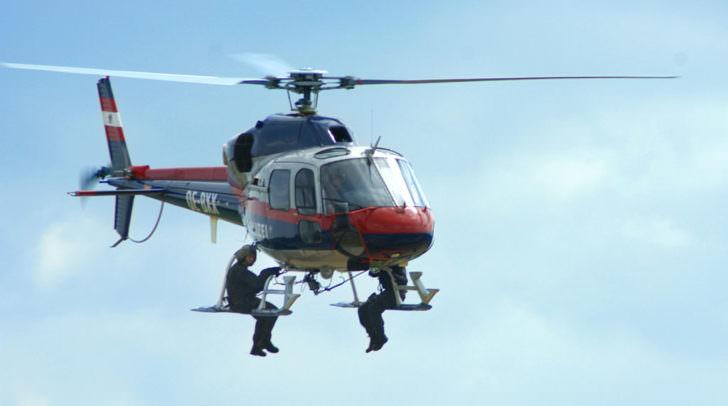 Die Bergsteiger wurden per Seil von der Besatzung des Polizeihubschraubers geborgen.