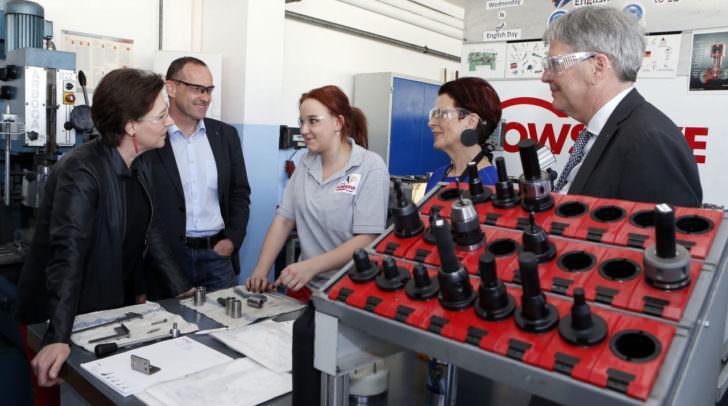 Betriebsbesuch: BM Gabriele Heinisch-Hosek, Lukas Peter (Produktionsleiter), Lehrling, BR Ana Blatnik und LH Peter Kaiser