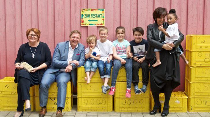 Bürgermeister Günther Albel und Vizebürgermeisterin Dr.in Petra Oberrauner genießen die Stimmung gemeinsam mit der Leiterin des Kindergartens Fellach Monika Zihlarz inmitten unter den begeisterten Kids.