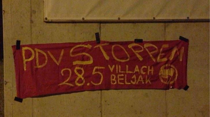 Über Nacht wurden Banner angebracht um so der Partei des Volkes entgegenzutreten.