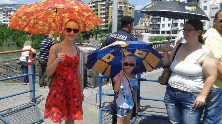 Als friedliches Zeichen gegen die beiden Demos spannten einige die Schirme auf.