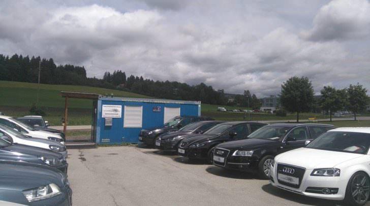 Das Gelände des Autohändlers