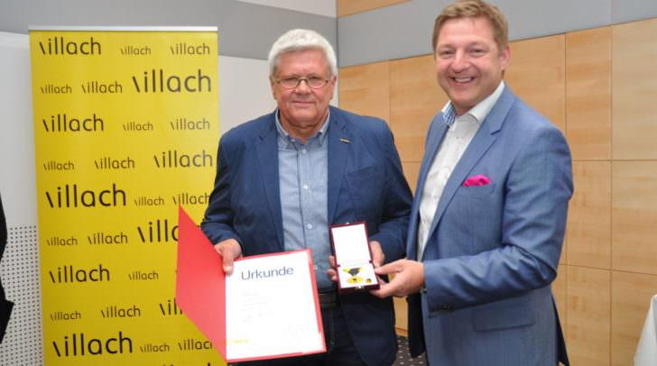 Bürgermeister Günther Albel verlieh Karl-Heinz das Villacher Ehrenzeichen.