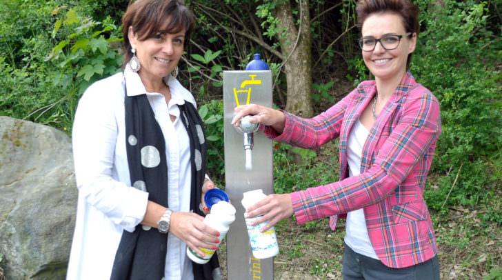 Bestes Trinkwasser sprudelt aus rund 60 Trinkbrunnen im Stadtgebiet.  Vizebürgermeisterin Petra Oberraunerund Stadträtin Katharina Spanring bei der kürzlich errichteten Trinkwassersäule nahe der Friedensbrücke.