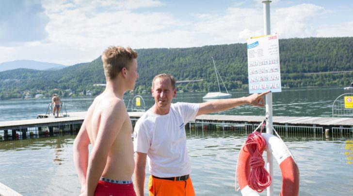Thomas Putzi, Bademeister im Strandbad Schiefling, erklärt einem Jugendlichen die Piktogramme.